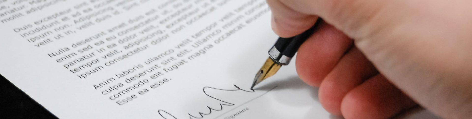 Ein Dokument wird unterschrieben