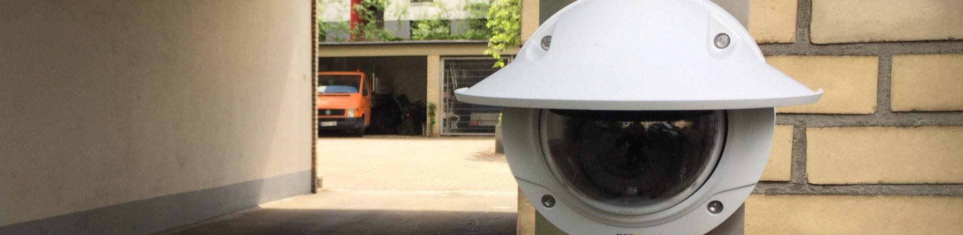 Kamera zur Kennzeichenerkennung an einer Toreinfahrt