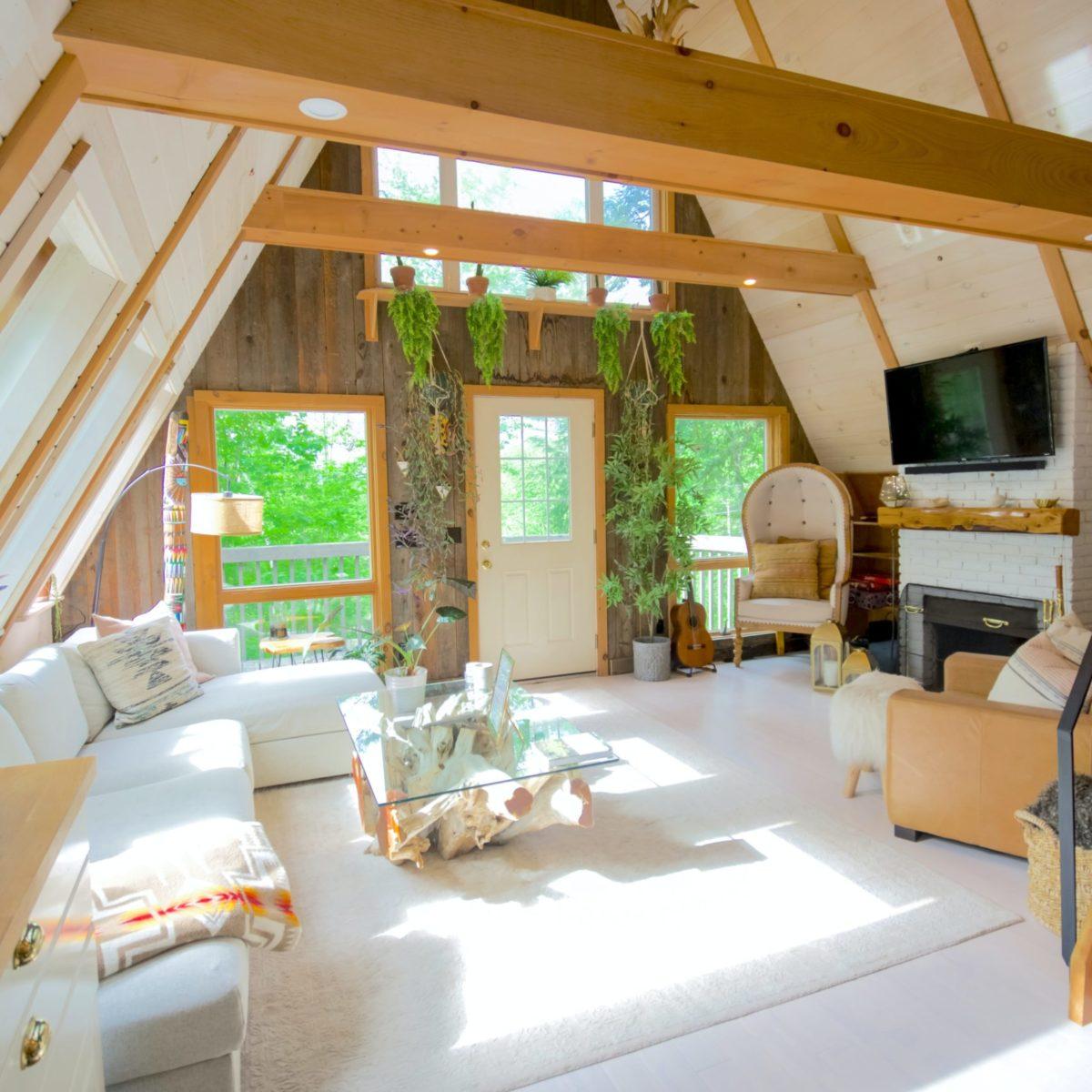 Foto eines Wohnzimmers mit Blick ins Grüne