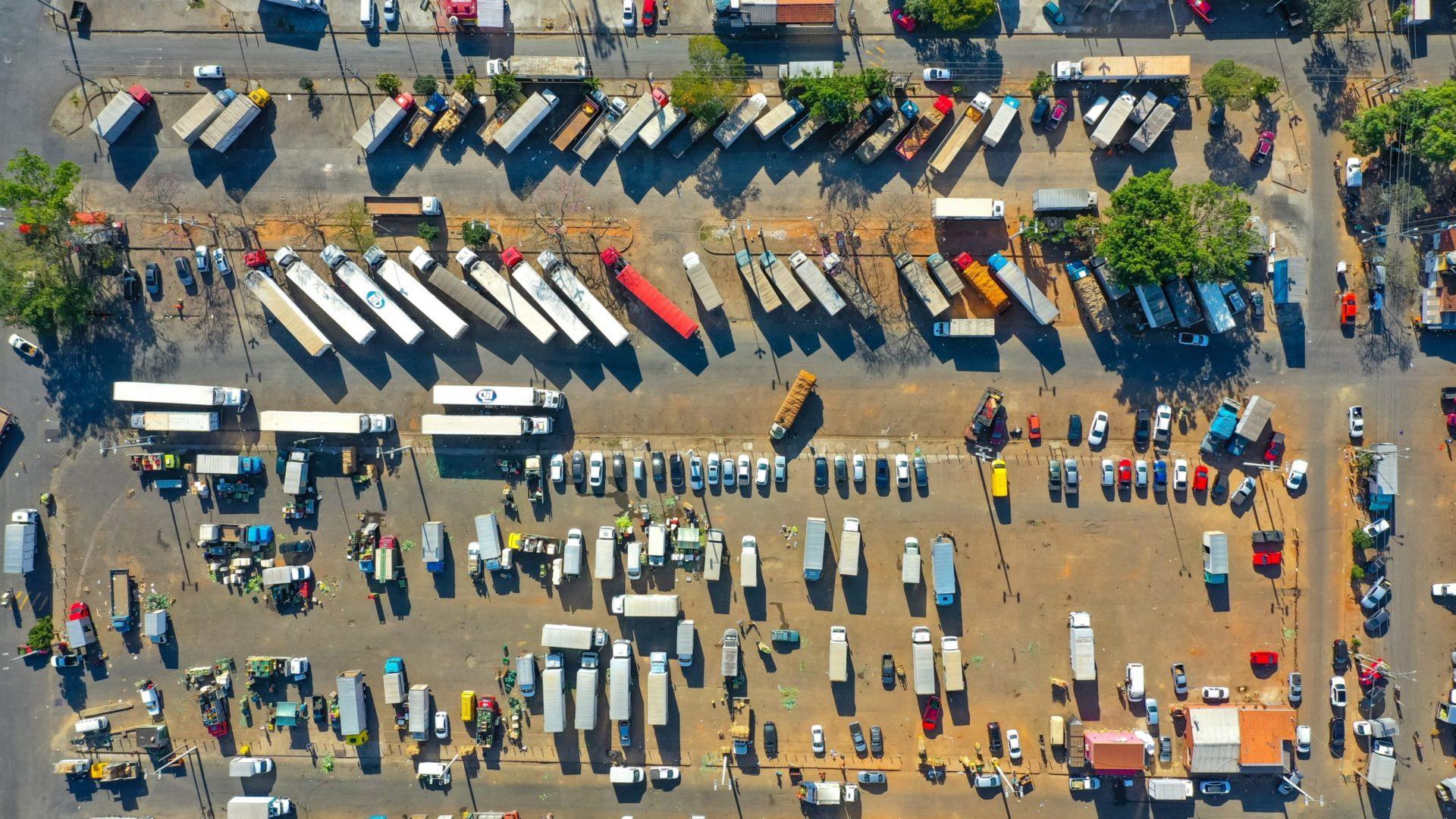 Luftaufnahme eines überfüllten Parkplatzes