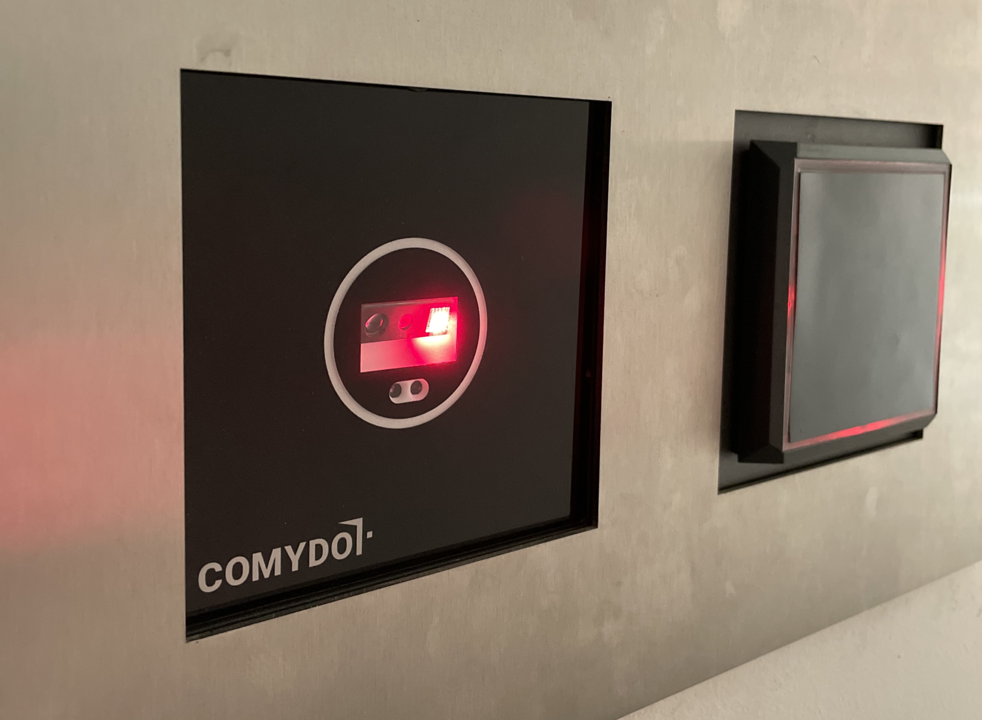 Nahaufnahme eines Comydo Scanners integriert in ein Edelstahl-Tableau